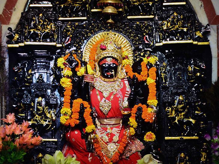 त्रिपुरा सुंदरी मंदिर में नरेंद्र मोदी से लेकर वसुंधरा राजे जैसे कई राजनेता दर्शन करने आते हैं।
