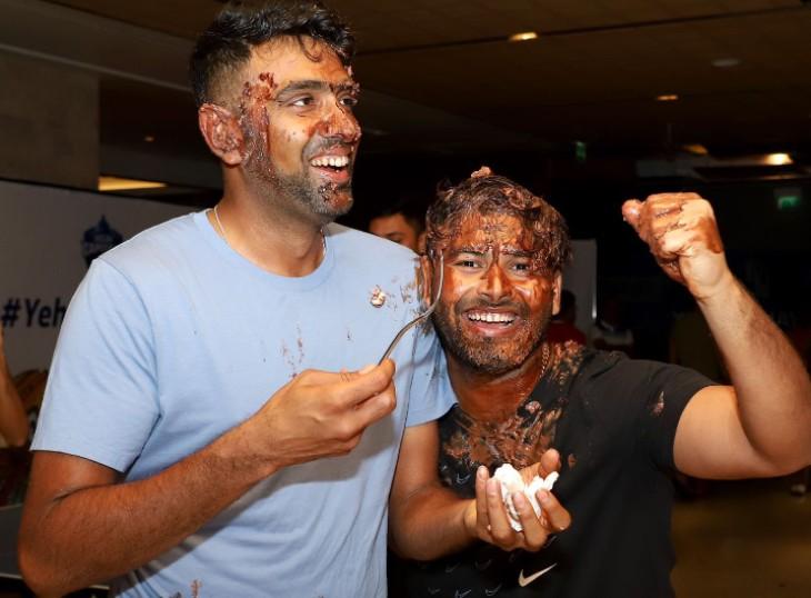 अश्विन के साथ बर्थडे का जश्न मनाते नजर आए कप्तान ऋषभ पंत। सोमवार को CSK के खिलाफ जीत हासिल करके DC की टीम IPL 2021 की अंक तालिका में पहले स्थान पर पहुंच गई है। IPL के इतिहास में यह पहला मौका है जब किसी टीम ने अंक तालिका में 20 अंक बनाए हों।