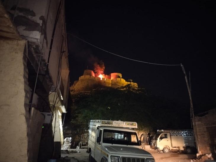 सोनार किले में कचरे के ढेर में लगी आग से मची अफरा-तफरी, लोगों ने बुझाई, अब दीवाली से पहले नगरपरिषद करेगी आग से बचने के उपाय|जैसलमेर,Jaisalmer - Dainik Bhaskar