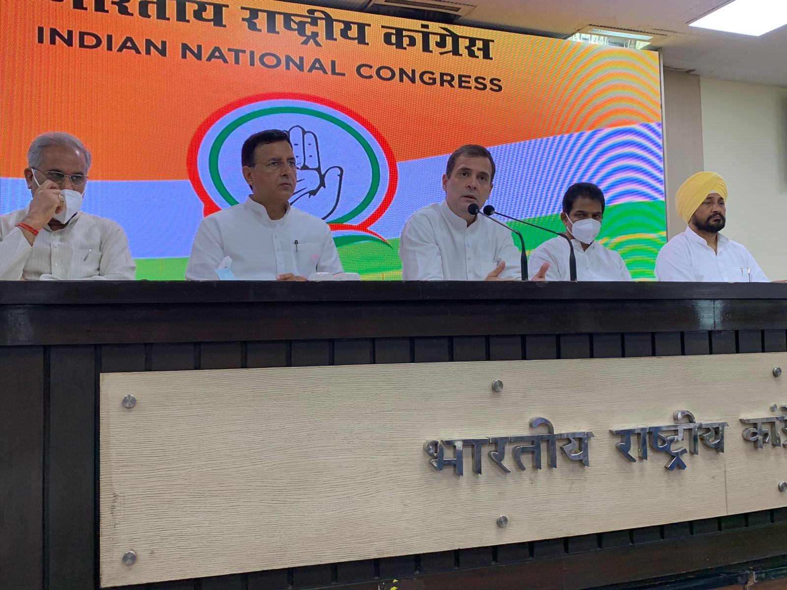 प्रेस कॉन्फ्रेंस के दौरान राहुल गांधी के साथ मंच पर छत्तीसगढ़ के CM भूपेश बघेल और पंजाब के CM चरणजीत चन्नी मौजूद थे। बघेल पिछड़े समुदाय से हैं और चन्नी दलित समुदाय से। ऐसे में राहुल के साथ उनकी मौजूदगी को लेकर कई कयास लगाए जा रहे हैं। माना जा रहा है कि राहुल ने ये मैसेज देने की कोशिश की है कि वे पिछड़े और दलितों को साथ लेकर चलते हैं।