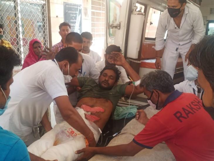 बाइक पर जा रहे पति-पत्नी को ट्रालेने मारी टक्कर, युवक टायरोंमें फंसकरघिसटता रहा; लोग देखते रहे, लेकिन एक मदद से बच गई जान अलवर,Alwar - Dainik Bhaskar