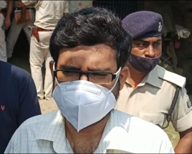 पुलिस की कार्रवाई के बारे में जानकारी देते मढ़ौरा SDO योगेंद्र कुमार।