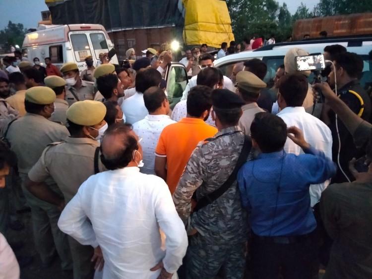 किसानों से मिलने लखीमपुर जा रहे पायलट और आचार्य प्रमोद कृष्णन मुरादाबाद में हिरासत में लिए गए, पुलिस ने कहा- धारा 144 तोड़ी|जयपुर,Jaipur - Dainik Bhaskar