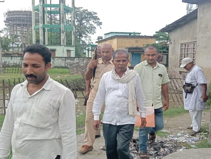 बगहा में नल जल योजना की राशि गबन के आरोप में डेढ़ साल से फरार चल रहे थे, ब्लॉक कैंपस में पुलिस ने दबोचा|बगहा,Bagha - Dainik Bhaskar