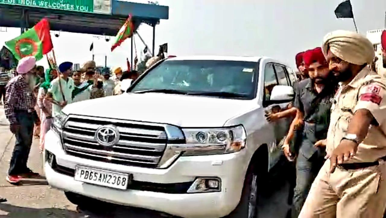 पटियाला में प्रदर्शन के दौरान किसानों की भीड़ में से गाड़ी निकलवाते सिक्योरिटी कर्मचारी