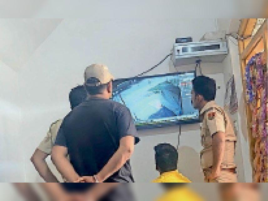 बांसवाड़ा जिले में सीसीटीवी फुटेज काे देखती साबला पुलिस टीम। - Dainik Bhaskar