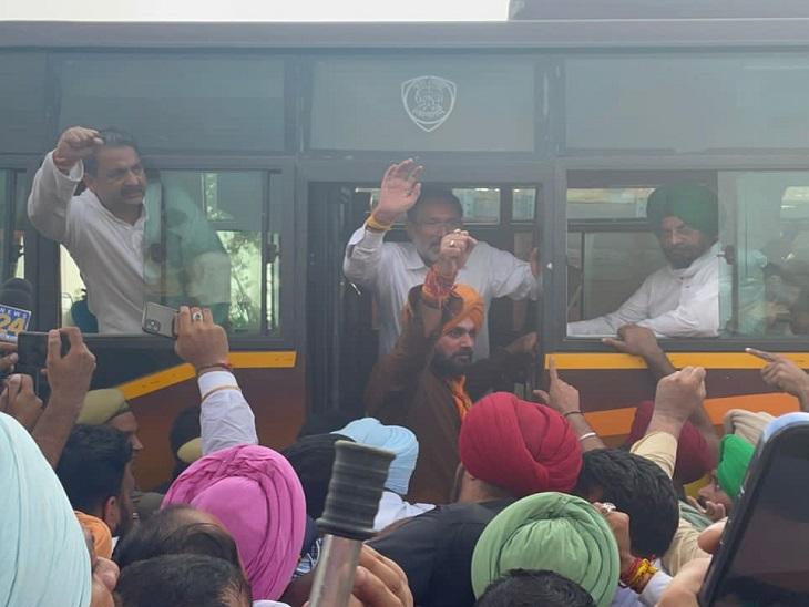 नवजोत सिद्धू और अन्य नेताओं को हिरासत में लेकर जाती UP पुलिस।