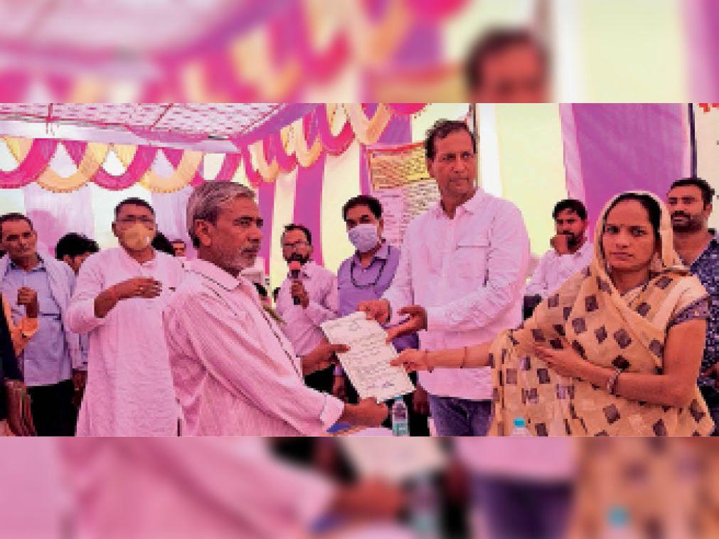 बायतु. राउमावि गिड़ा में स्काउट में नवप्रवेशितों को स्कार्फ लगाकर स्वागत करते हुए अतिथि। - Dainik Bhaskar