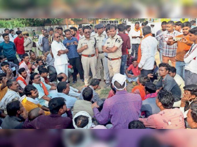 कन्या मिडिल स्कूल परिसर में बनाए गए अस्थायी जेल में कार्यकर्ताओं ने दी गिरफ्तारी। - Dainik Bhaskar