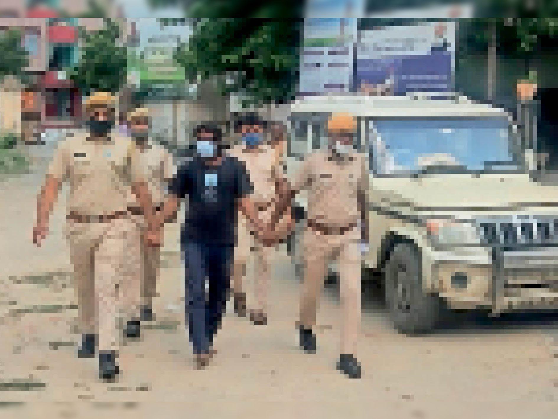 आरोपी को कोर्ट में पेश करने ले जाती पुलिस। - Dainik Bhaskar