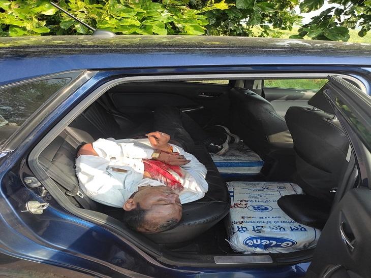 कार की पिछली सीट पर खून से लथपथ पड़ा सुनील का शव।