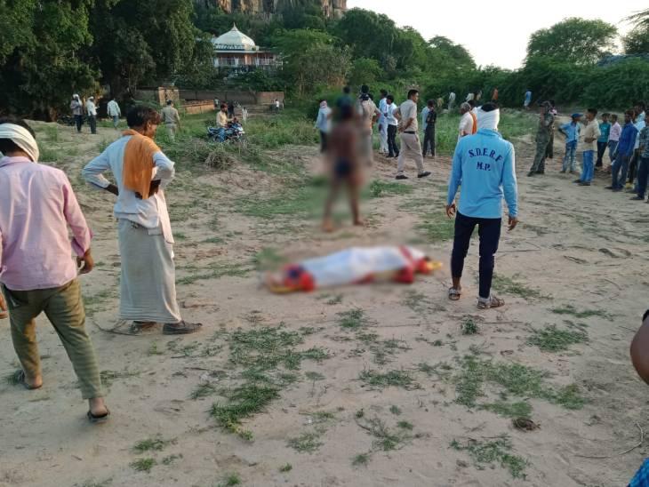 घटनास्थल पर रखा किशोरी का शव, पास खड़े परिजन व ग्रामीण