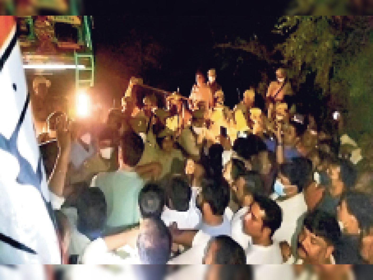 झारखंड- यूपी बार्डर पर कांग्रेसियों को रोकती पुलिस। - Dainik Bhaskar