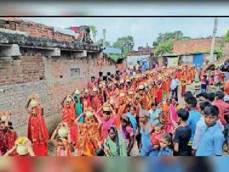 इसलामपुर में कलश यात्रा में शामिल महिलाएं। - Dainik Bhaskar