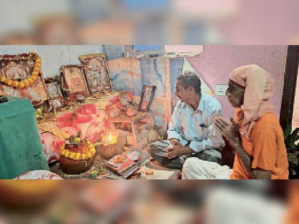 गौशाला रोड स्तिथ एक घर में कलश स्थापन करते श्रद्धालु। - Dainik Bhaskar