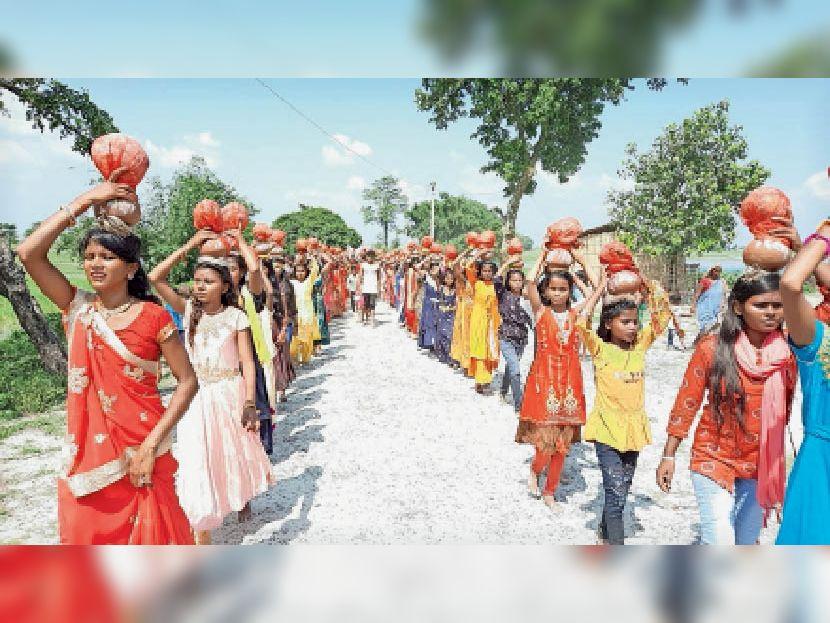 कलशयात्रा में भाग लेती बाल कन्याएं। - Dainik Bhaskar