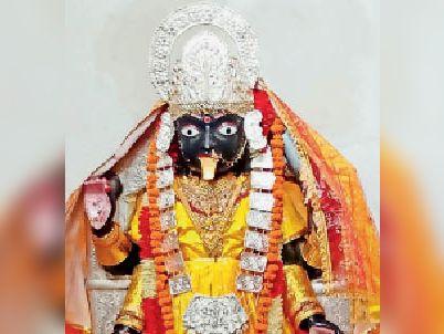 प्राचीन महाकाली देवी मंदिर में माता की प्रतिमा। - Dainik Bhaskar