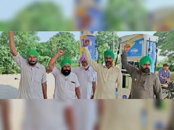 केंद्र सरकार के खिलाफ नारेबाजी करते हुए किसान। - Dainik Bhaskar