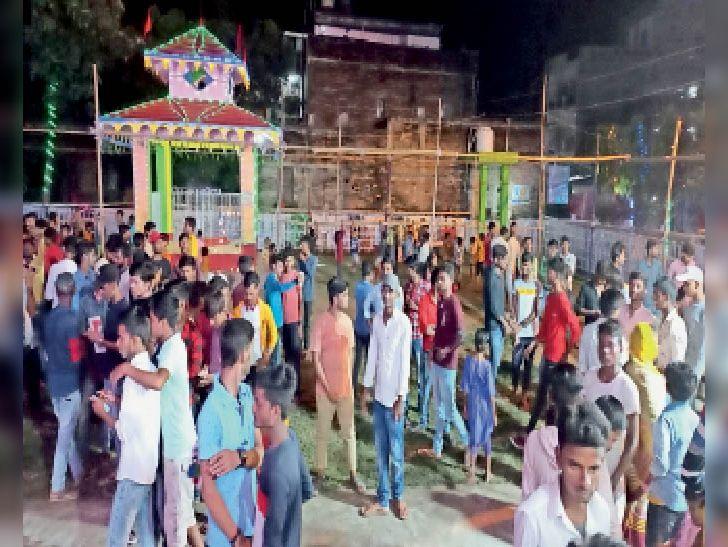 दुर्गा मंदिर में पूजा के लिए उमड़े भक्त। - Dainik Bhaskar