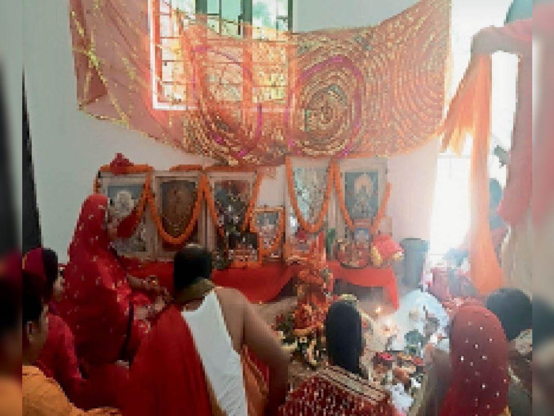 लातेहार में नवरात्र के पहले दिन कलश स्थापित कर मां की उपासना करते। - Dainik Bhaskar