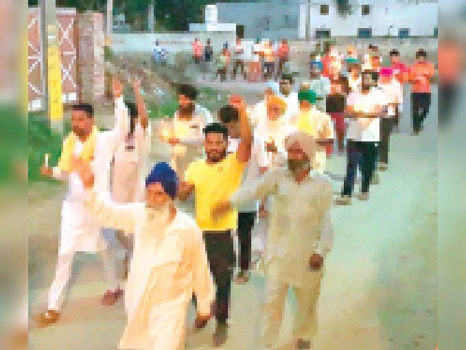 रोष मार्च निकालते हुए लोग। - Dainik Bhaskar