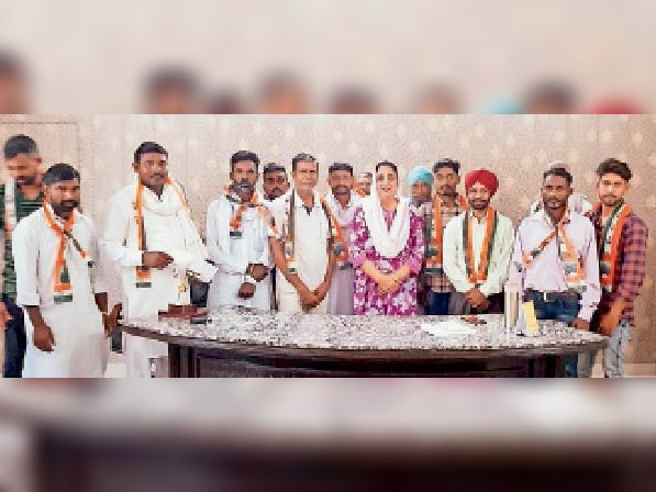खनौरी में नवनियुक्त कांग्रेसी वर्करों को सम्मानित करतीं बीबी भट्ठल। - Dainik Bhaskar