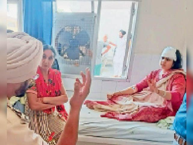 उपचाराधीन महिला डॉक्टर व बयान दर्ज करते एसएचओ - Dainik Bhaskar