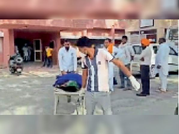 सिविल अस्पताल में मृतका के शव को ले जाते स्वास्थ्य कर्मचारी। - Dainik Bhaskar
