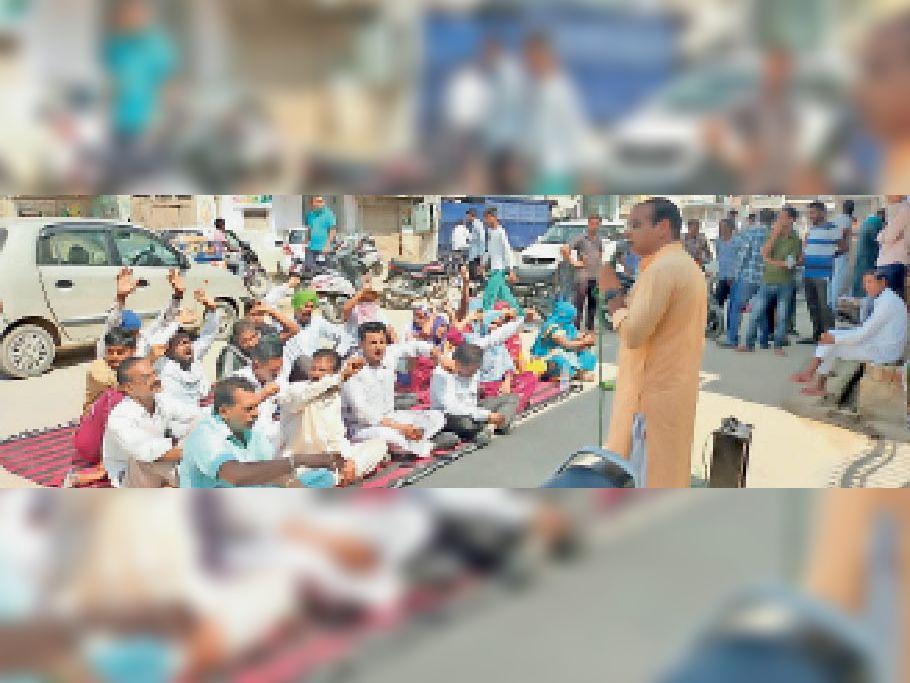 अबोहर के नगर निगम कार्यालय के समक्ष धरना लगाकर रोष प्रदर्शन करते आम आदमी पार्टी के सदस्य। - Dainik Bhaskar