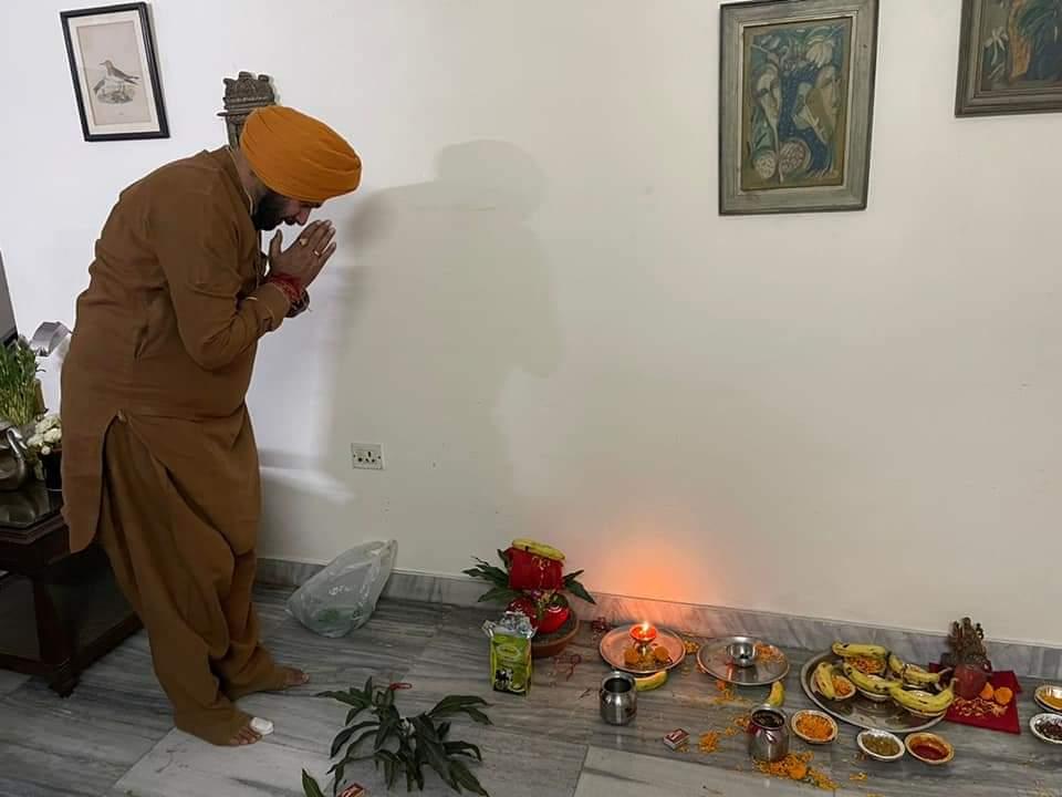 पहले नवरात्र पर घर में पूजा अर्चना करते हुए नवजोत सिंह सिद्दू।
