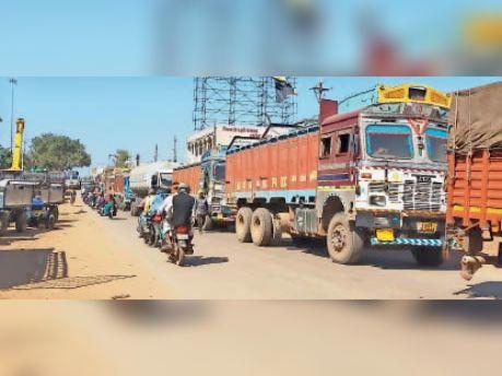 ट्रांसपोर्ट नगर कवर्धा, बिना टैक्स जमा किए ही रोड पर दौड़ रहे वाहन। - Dainik Bhaskar