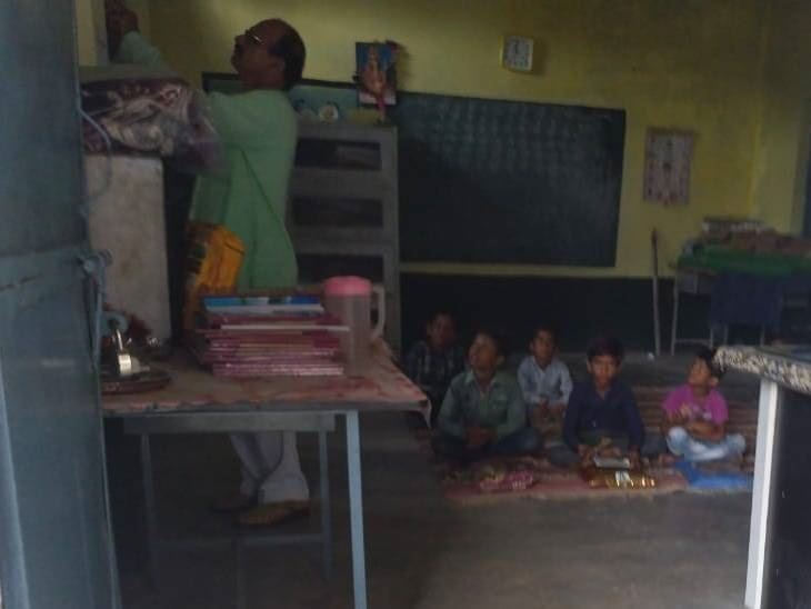 63 में से सिर्फ 10 बच्चे ही आए स्कूल