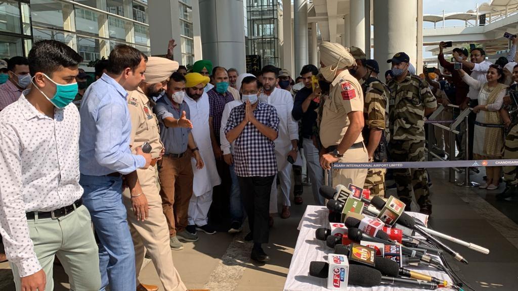 पंजाब दौरे पर आए अरविंद केजरीवाल की चंडीगढ़ एयरपोर्ट पर ली गई फोटो, इसी दौरान उनकी ओर से कांग्रेस पर सख्त टिप्पणी की थी।