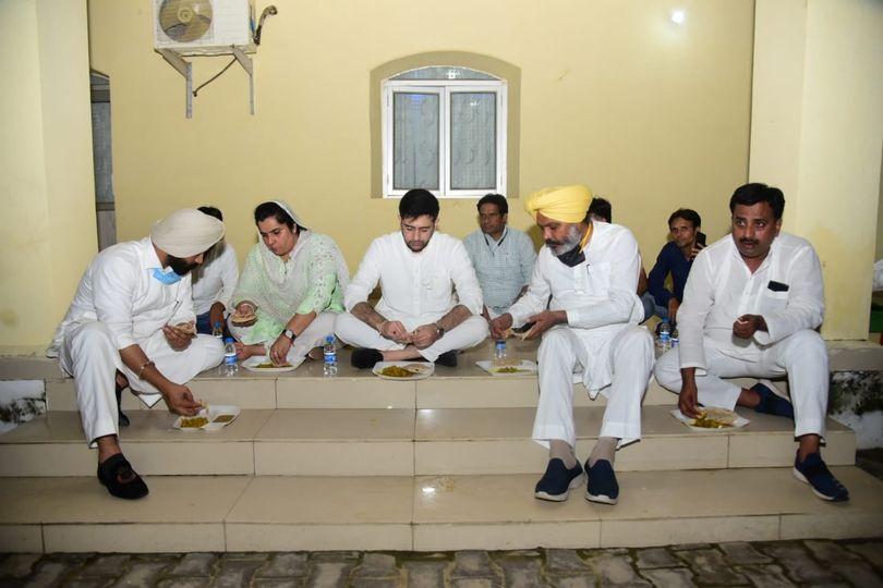 लखीमपुर खीरी, हिरासत में लिए जाने के बाद पुलिस लाइन में खाना खाते आप नेता, जबकि इनमें भगवंत माने नहीं हैं।