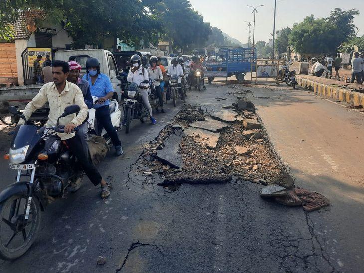 सड़क टूटने से ऐसे बाधित रहा यातायात।