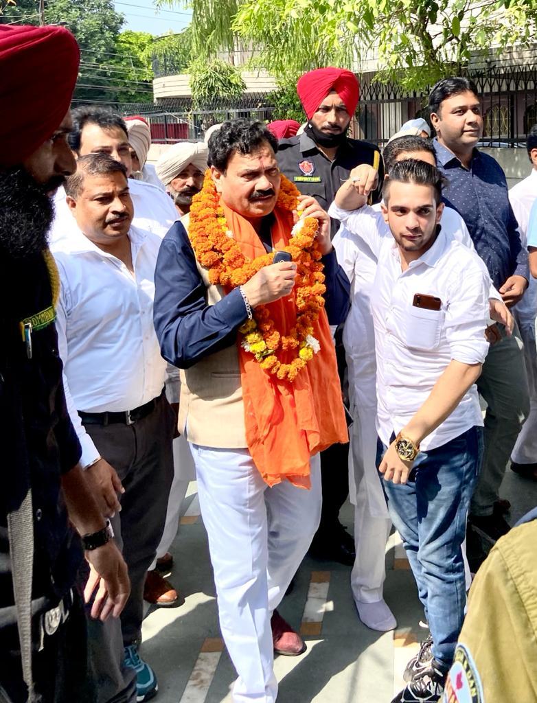 राज कुमार वेरका को सम्मानित करते हुए समर्थक