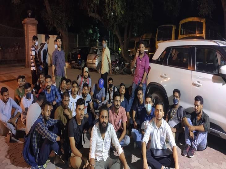 काशी हिंदू विश्वविद्यालय में छात्र LBS हॉस्टल के वार्डेन पर मनमाना करने का आरोप लगाकर धरना दे रहे हैं। - Dainik Bhaskar