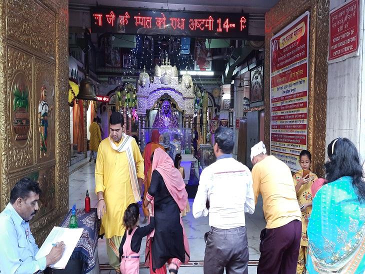माता लाल देवी मंदिर में श्रद्धालुओं की भीड़।