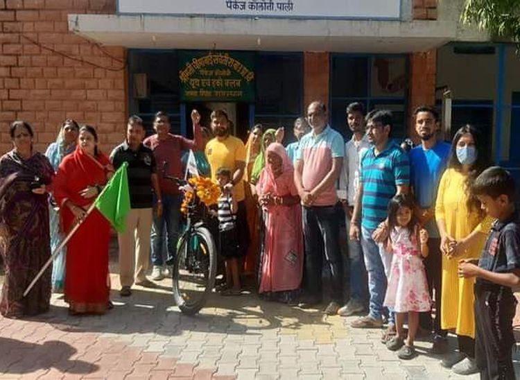 पाली शहर के वीडी नगर स्थित चीमाबाई संचेत स्कूल के निकट से अभिनव को रवाना करते जनप्रतिनिधि, परिवार के लोग व क्षेत्रवासी।