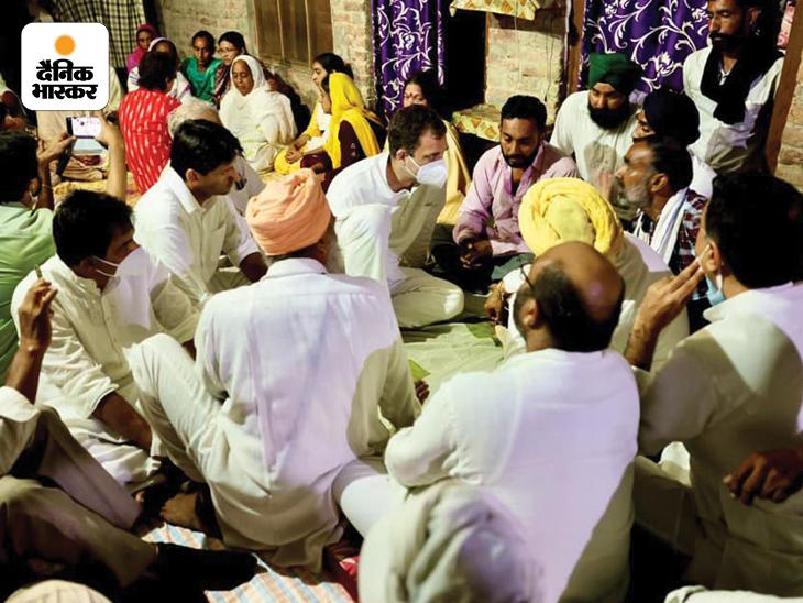 पीड़ितों के घर पहुंचकर चर्चा करते राहुल गांधी। उनके साथ पंजाब के मुख्यमंत्री चरणजीत सिंह चन्नी भी थे।