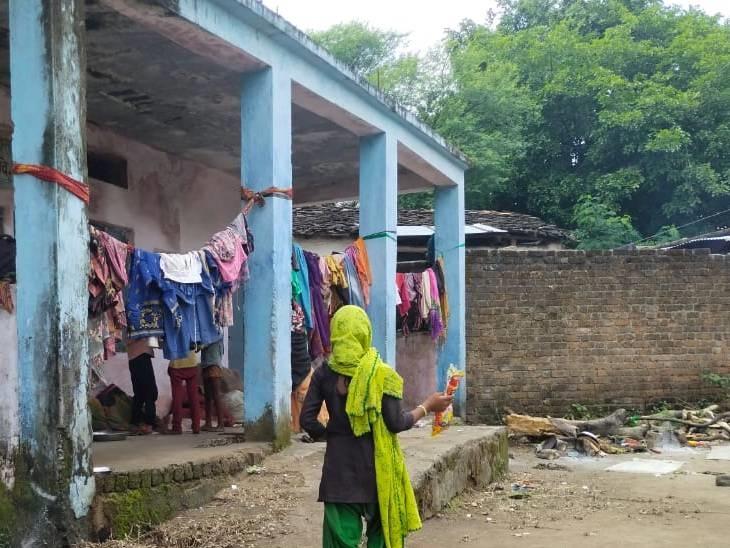 स्कूलों में स्वच्छता की कोई व्यवस्था नहीं है - Dainik Bhaskar