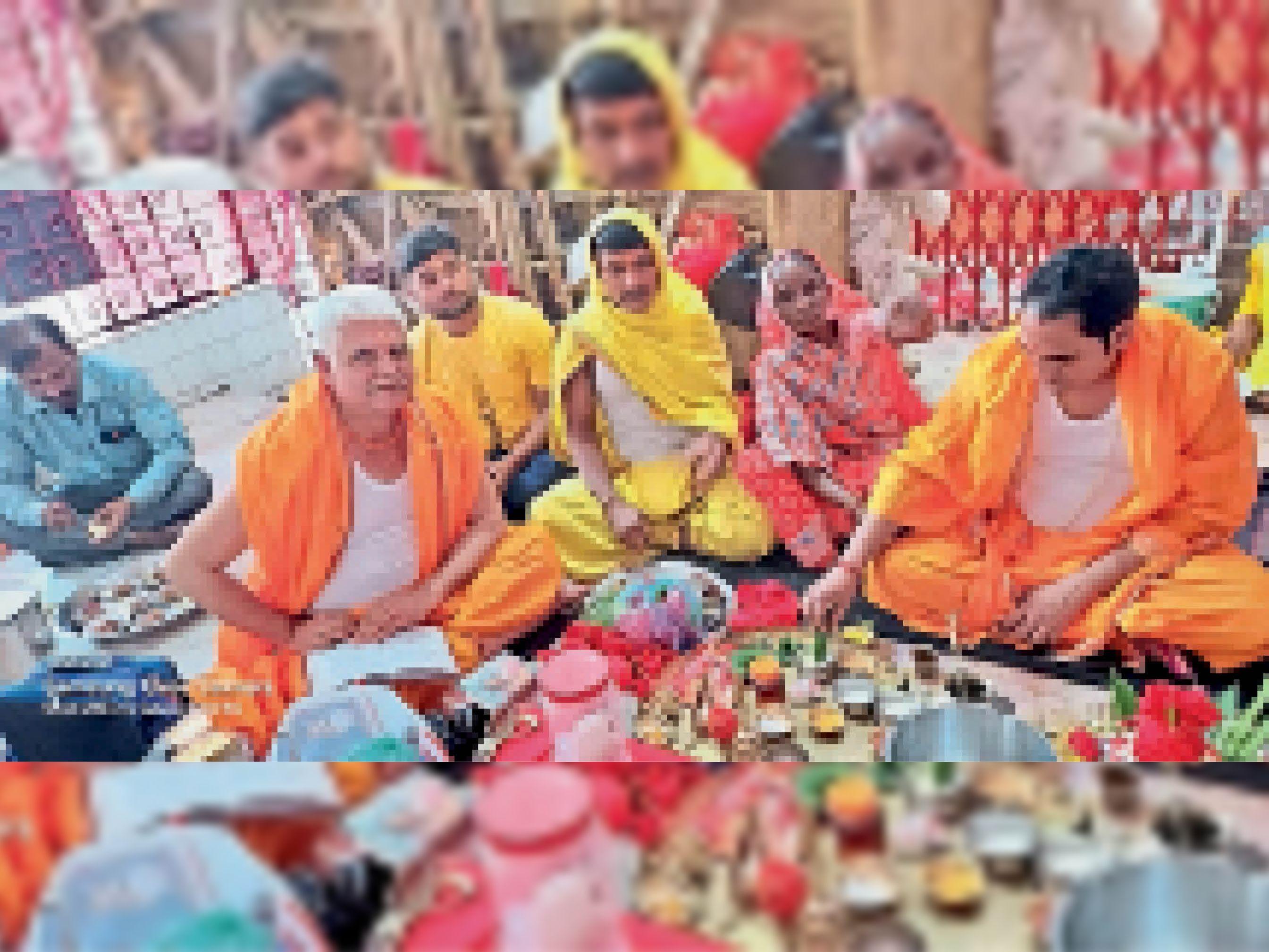 कलश स्थापना के दौरान पूजा पर बैठे श्रद्धालु। - Dainik Bhaskar