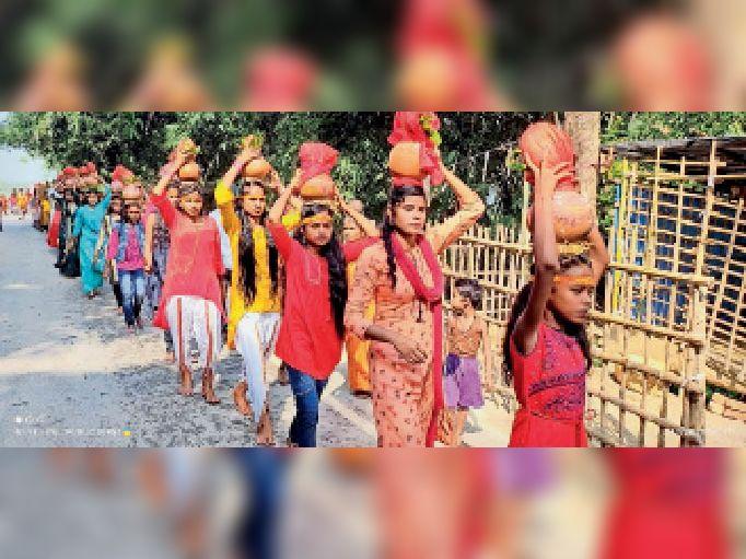 भलुआही बाजार के सार्वजनिक दुर्गा पूजा कलश यात्रा में  शामिल कुंवारी कन्याएं। - Dainik Bhaskar