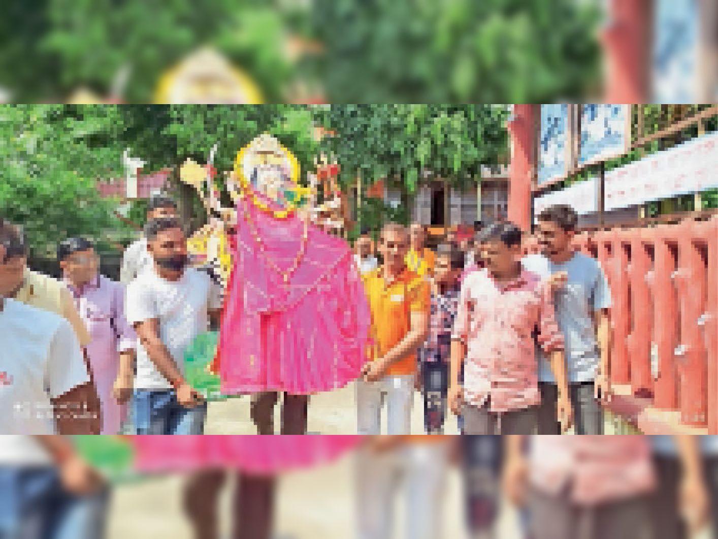 नवरात्र के अवसर पर पहले दिन अंबे मां की मूर्ति स्थापना के लिए ले जाते हुए - Dainik Bhaskar