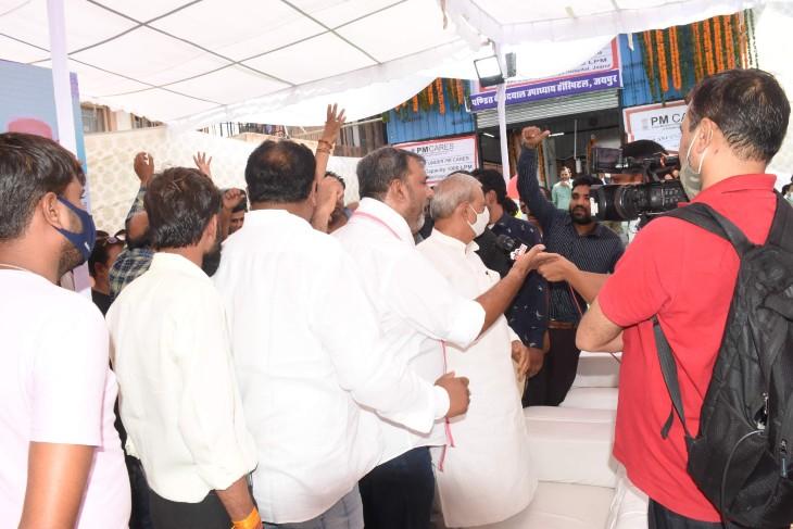 सांसद का घेराव करते कांग्रेस के कार्यकर्ता और नारेबाजी करते हुए। - Dainik Bhaskar