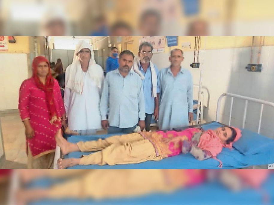 मारपीट के बाद अस्पताल में भर्ती विवाहिता व मौजूद पीहर पक्ष के लोग। - Dainik Bhaskar