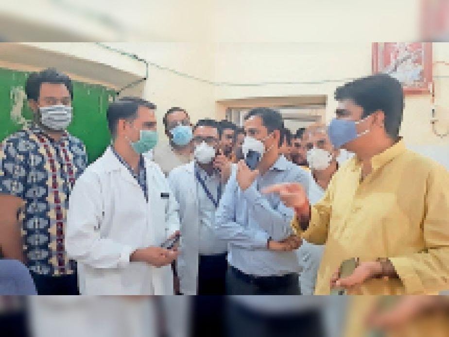 अस्पताल का निरीक्षण करते विधायक। - Dainik Bhaskar