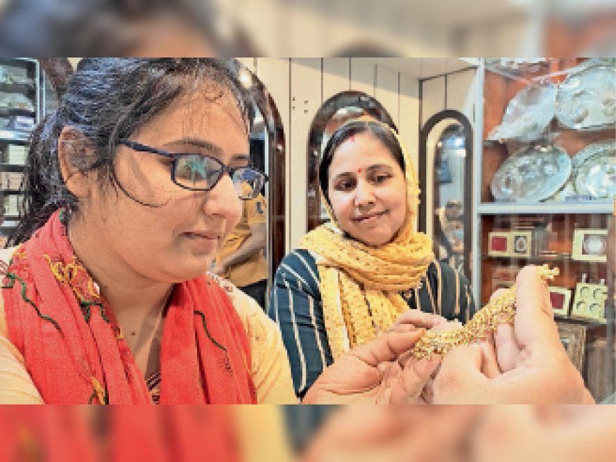 सराफा मार्केट में जवैलरी खरीदने के लिए मोलभाव करती युवतियां। - Dainik Bhaskar