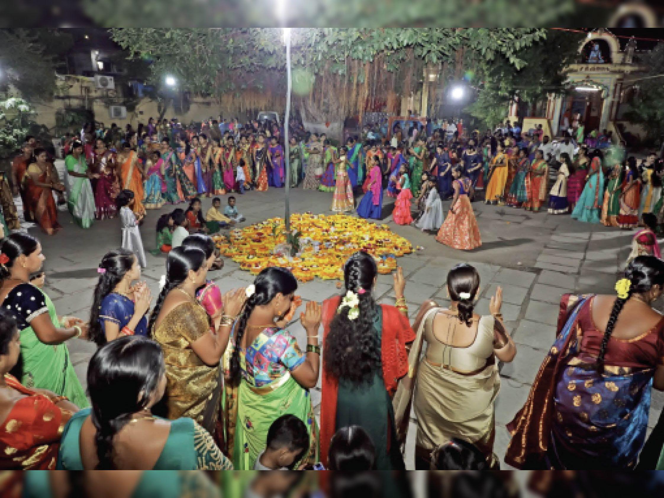 बतुकम्मा पर्व पर बुधवार को तेलुगु महिलाओं ने फूलों से गोपुरम मंदिर की आकृति बनाई, फिर उसे बीच में रखकर गरबा किया। - Dainik Bhaskar