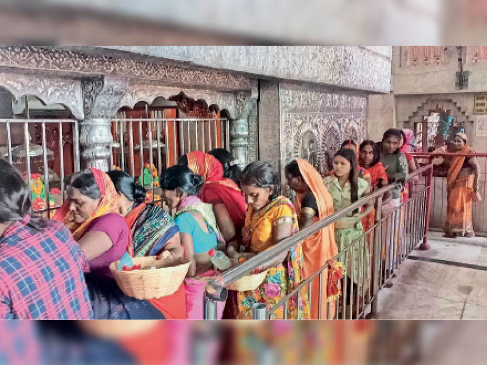 मां बाला त्रिपुर सुंदरी मंदिर में श्रद्धालुओं की लगी भीड़। - Dainik Bhaskar